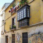 Malaga - Stare Miasto - zaułek, balkonik, kwiaty, graffiti...