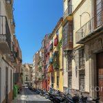 Malaga - Stare Miasto - wąskie uliczki są nie tylko urocze, ale dają też cień, który jest tutaj na wagę złota