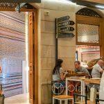 Malaga - Stare Miasto wieczorem - knajpki otwarte są do późnej nocy (tutaj z pięknymi kafelkami w tle)