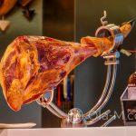 Kuchnia hiszpańska - ta szynka to Pata Negra, bo widać czarne kopytko świnki