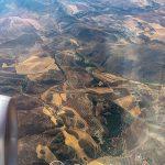 Andaluzja z lotu ptaka - pod koniec sierpnia spalony słońcem, piaszczysto-oliwkowy patchwork